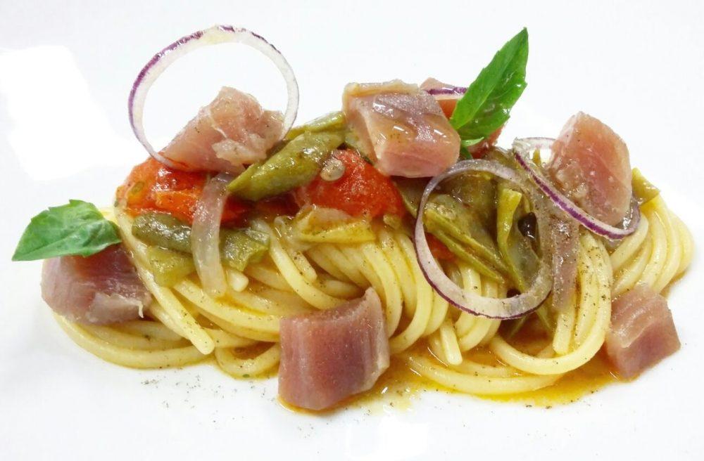"""Un """"piattone"""" di spaghetti con il tonno"""