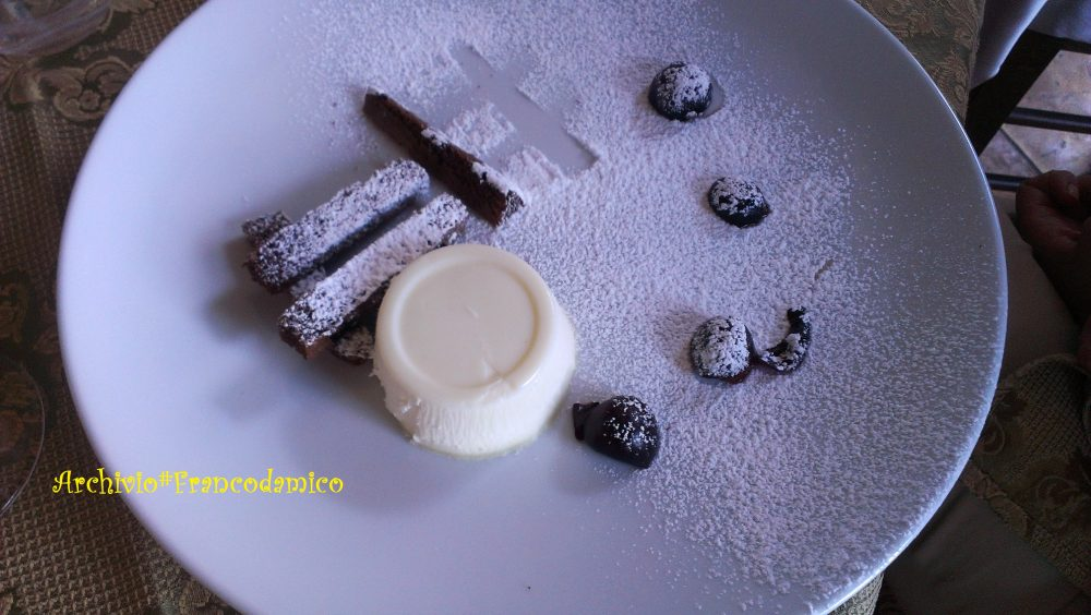 Locanda De Foris - panna cotta con barrette di pan di spagna e cioccolato