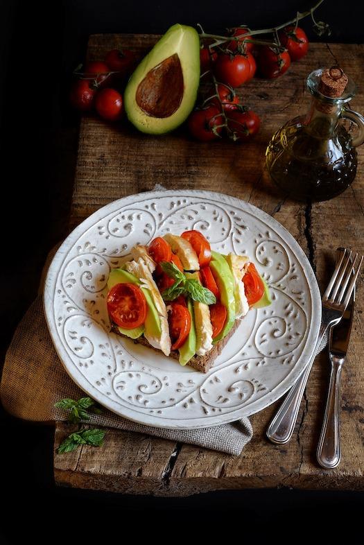Pollo con pomodori e avocado