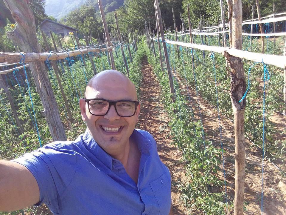 Francesco Mairoano nelle sue coltivazioni del pomodoro 'ritrovato'
