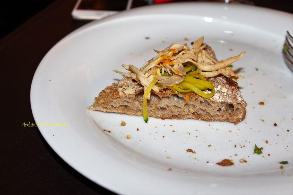 Percorsi di Gusto AQ – Focaccia con segale e avena, insalata di galletto, pecorino e zucchine allo zafferano