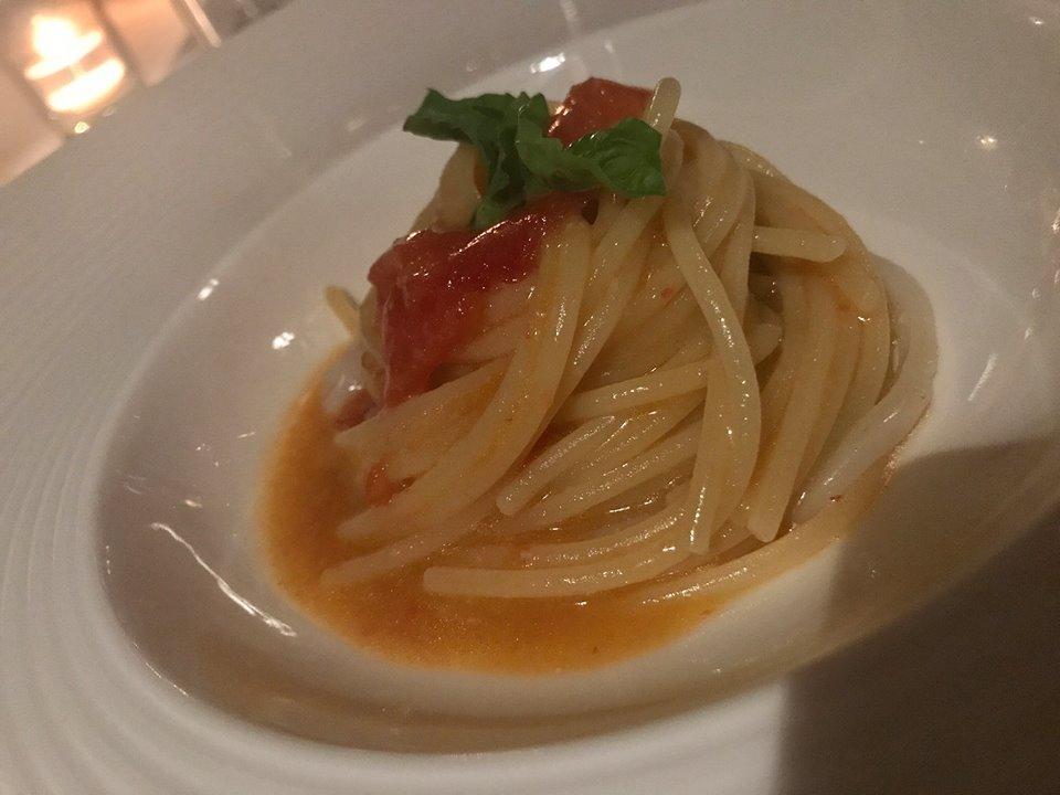 Danilo Di Vuolo allo Scrajo, spaghetto ai due pomodori con crudo di calamaro