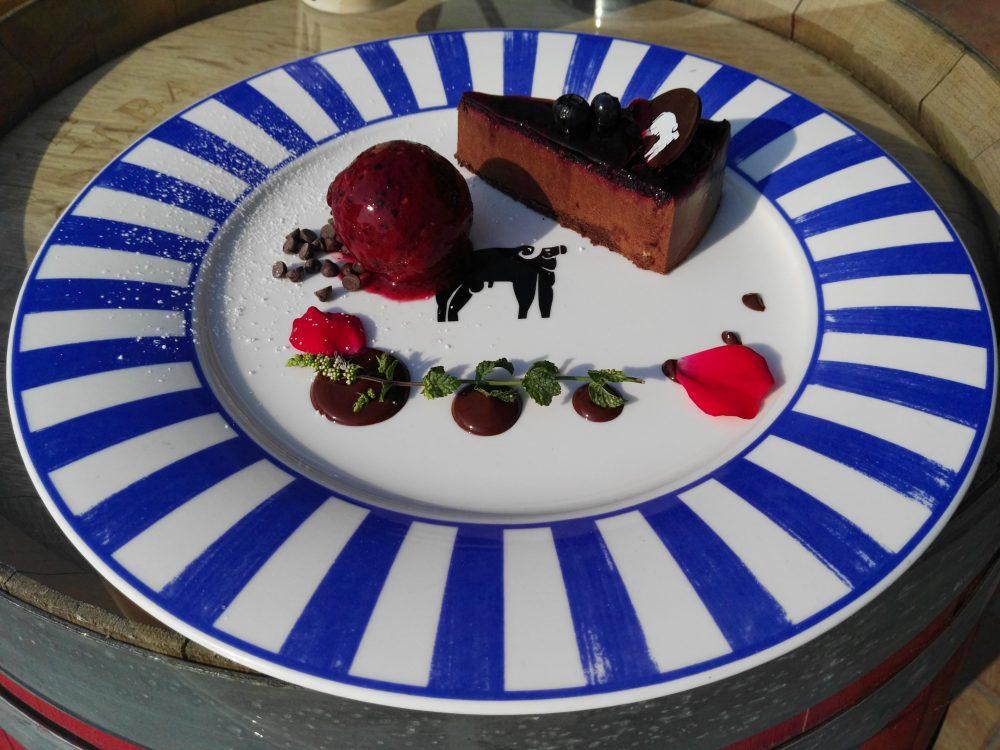 La Dispensa Cheescake all'uva aglianico. Crema di ricotta San Salvatore aromatizzata alla vaniglia, croccante alle mandorle e confettura extra di uva aglianico