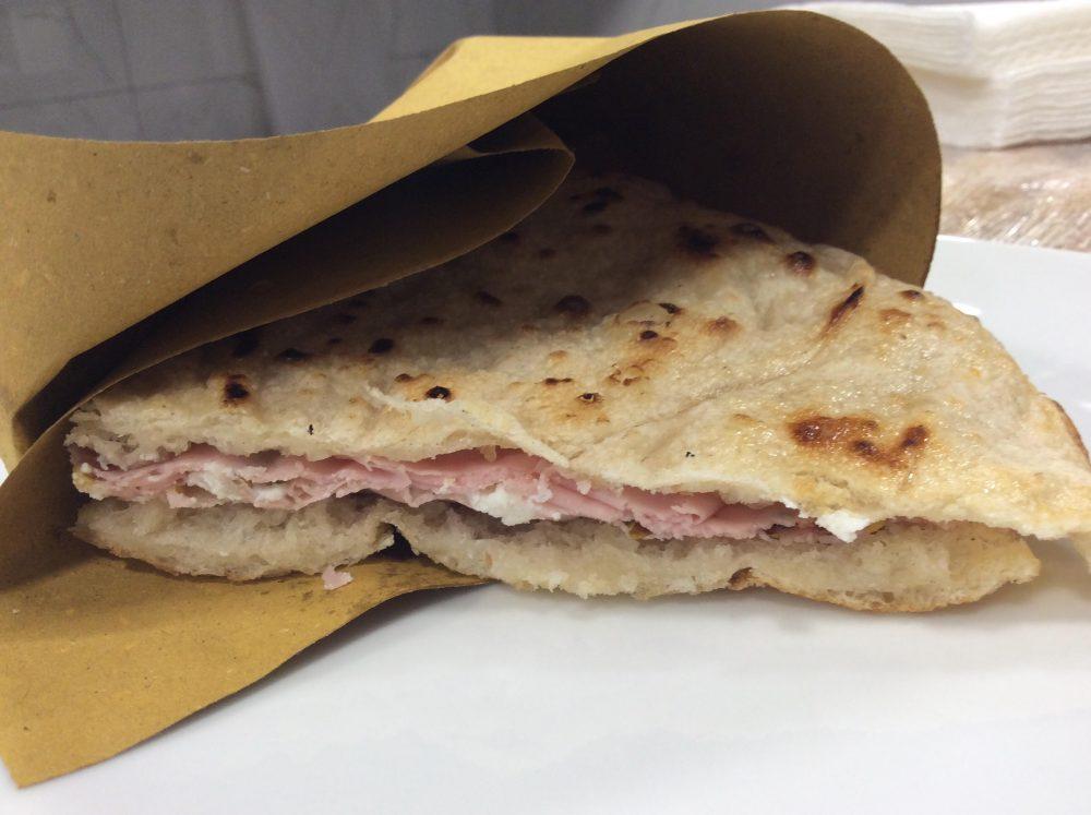 La pizza pane e mortadella nel ruoto