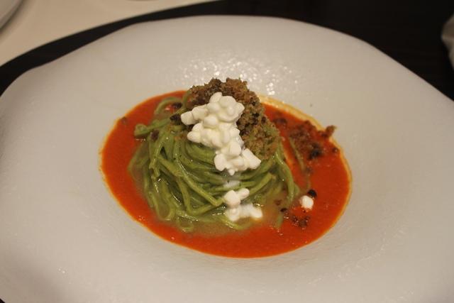 Livello1, tagliolini con aglio, olio e premezzemolo, fior di latte e crumble di alici del cantarbico su crema di peperoni