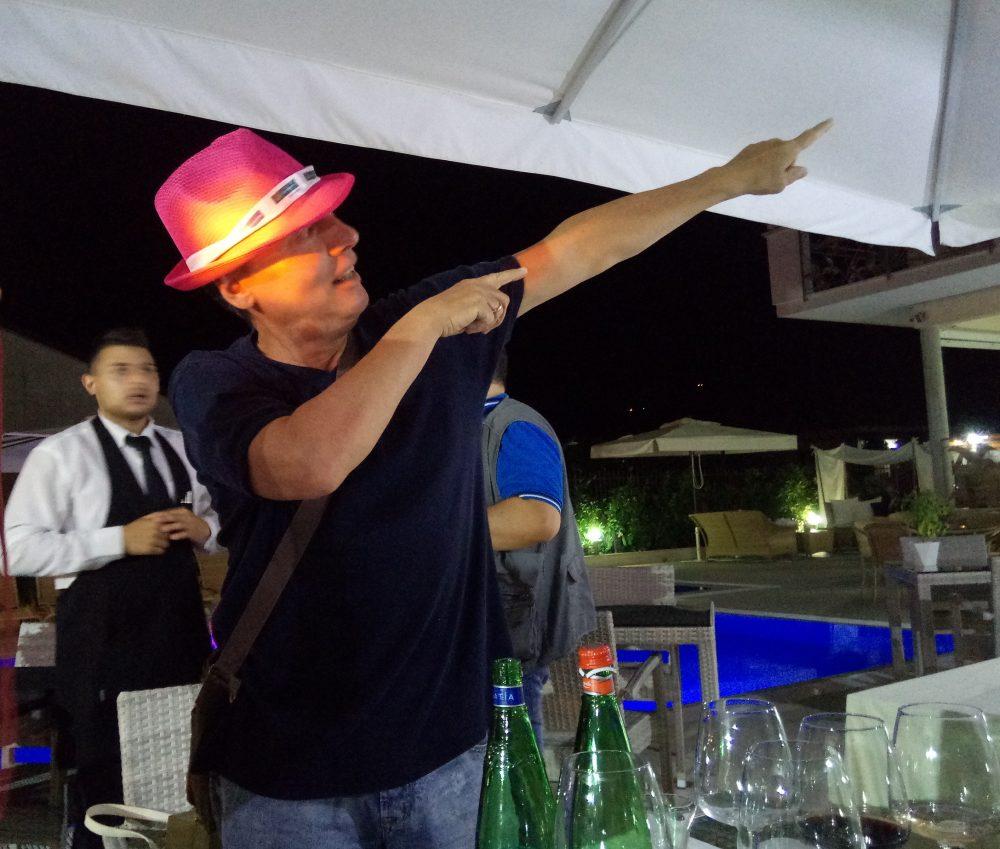 Marco Galetti indica la via da seguire per il ritorno... nel Cilento
