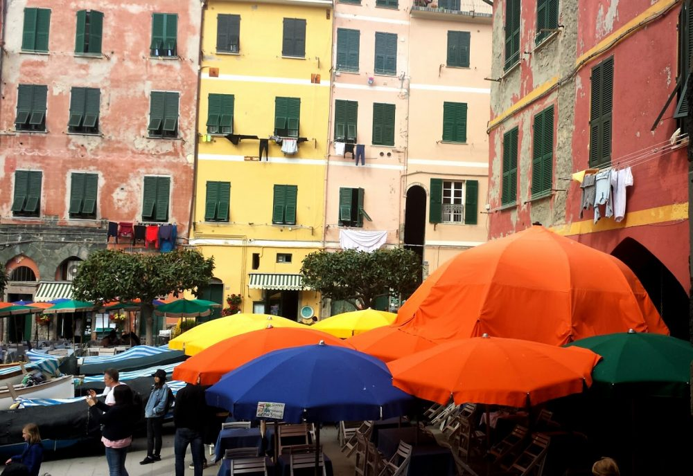 Vernazza, ombrelloni colorati