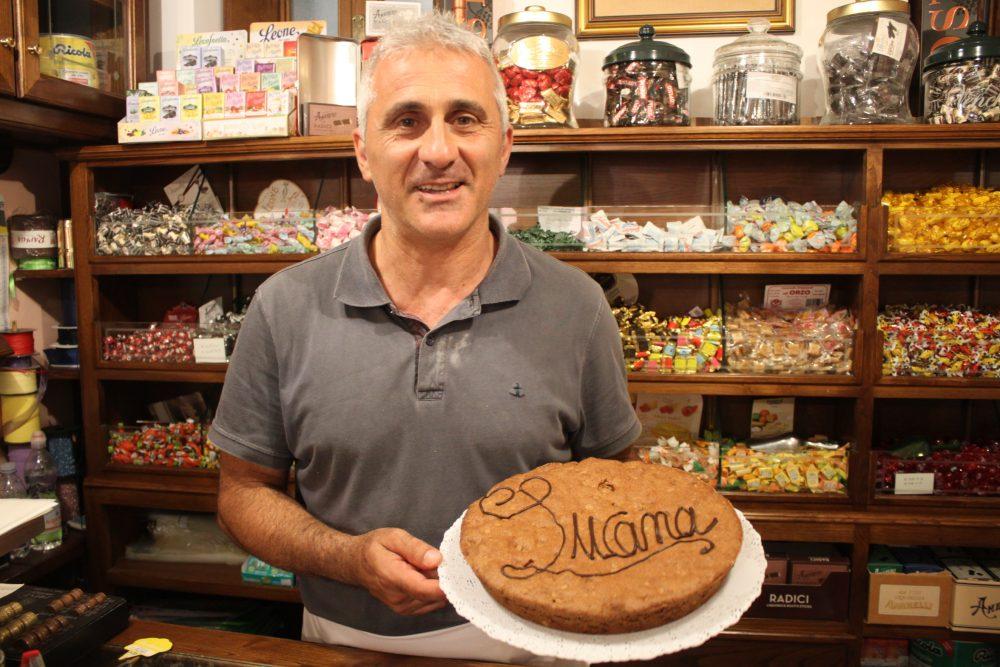 Vincenzo Panza con la sua torta lucana