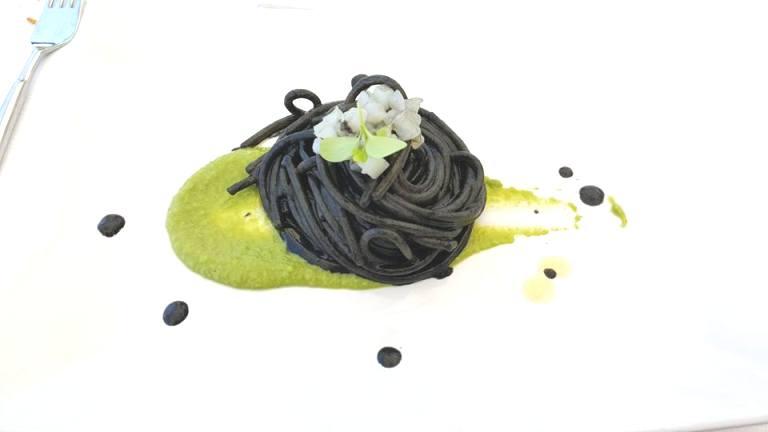 Vini...le, spaghettone al nero di seppia cotta e cruda su crema di piselli