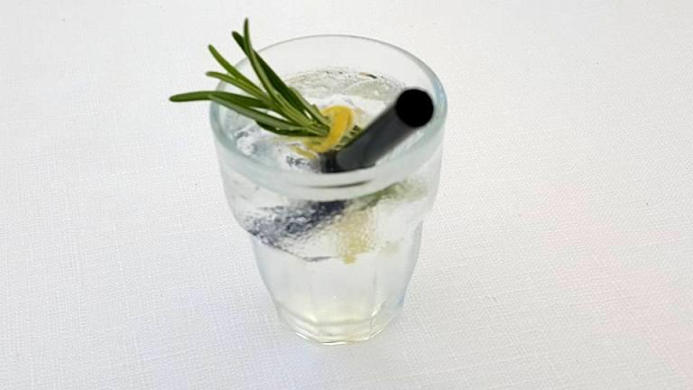 Vini...le, un drink al profumo di limone e rosmarino proposto dal bartender in abbinamento al risotto