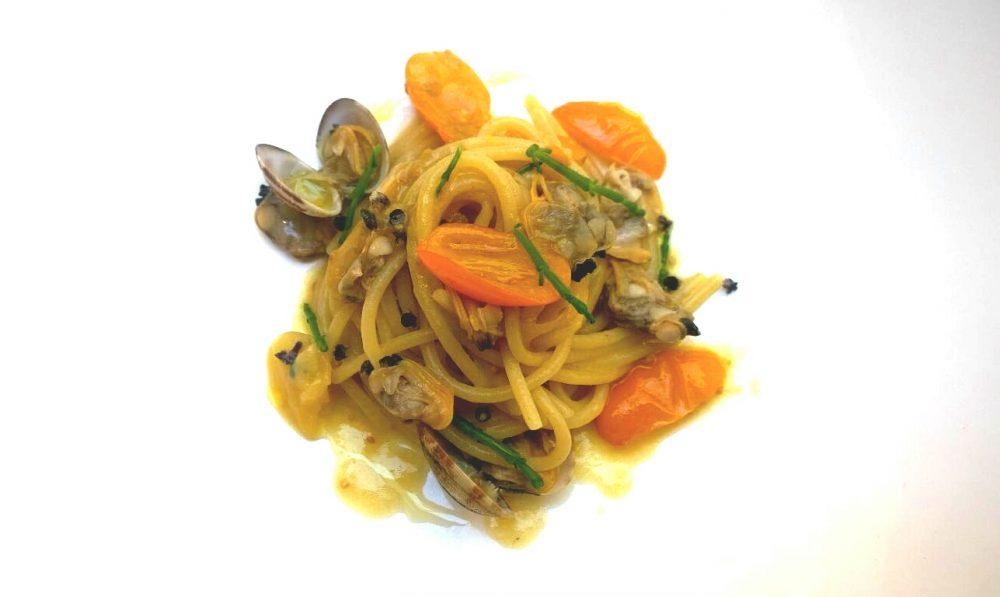 Spaghetti, vongole, limone e pomodoro giallo