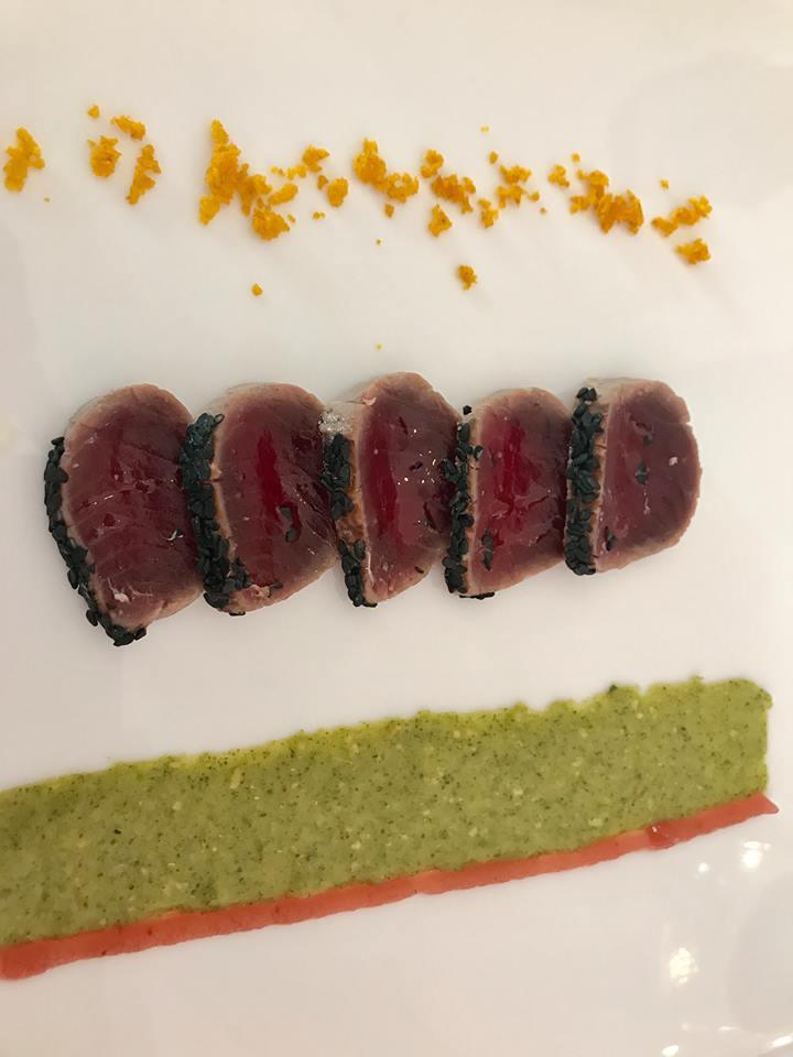 Don Alfonso, tonno in crosta di semi, salsa Tornagusto, emulsione di cipolla rossa di Tropea e croccante di curcuma