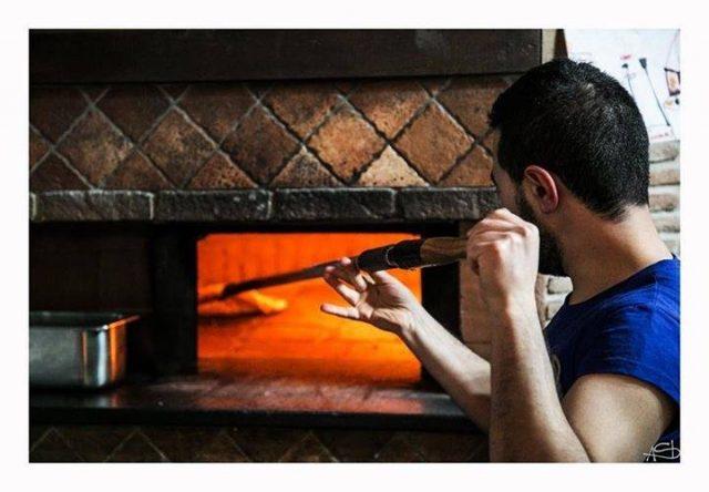 Giovanni al lavoro al forno