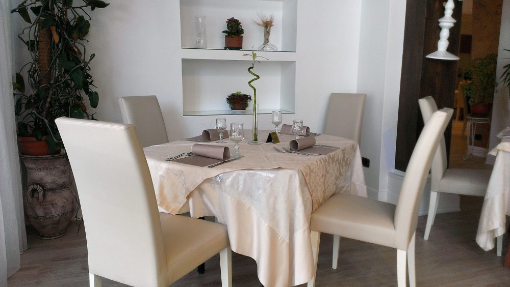 Ristorante degli Olmi - Villetta Barrea AQ – preparazione ai tavoli