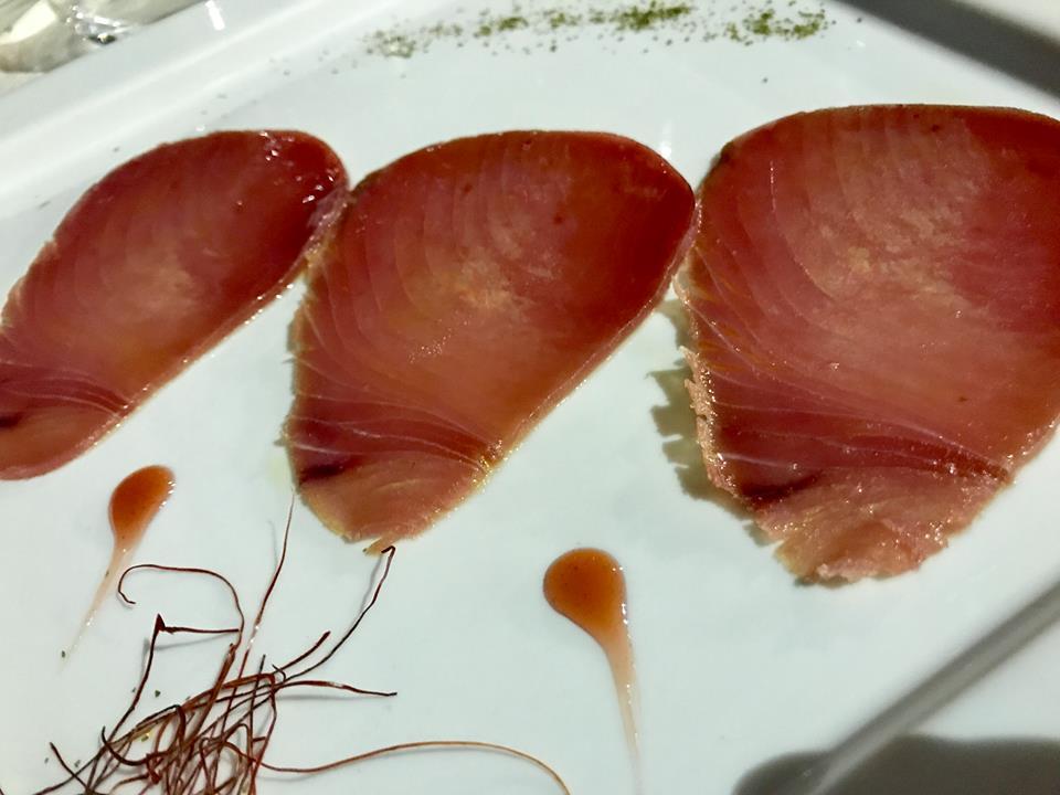 La Tonnarella, carpaccio di tonno con polvere di prezzemolo e colatura di alici