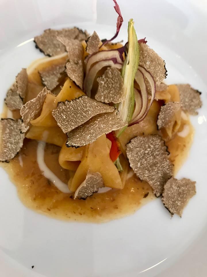 Don Alfonso, cappelli con genovese di vitello con vellutata di grana padano, verdure disidratate e tartufo nero estivo