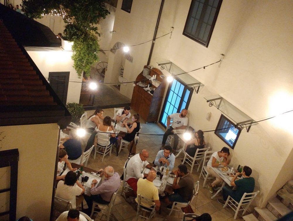 Casa Vitiello a Tuoro. I tavoli all'esterno