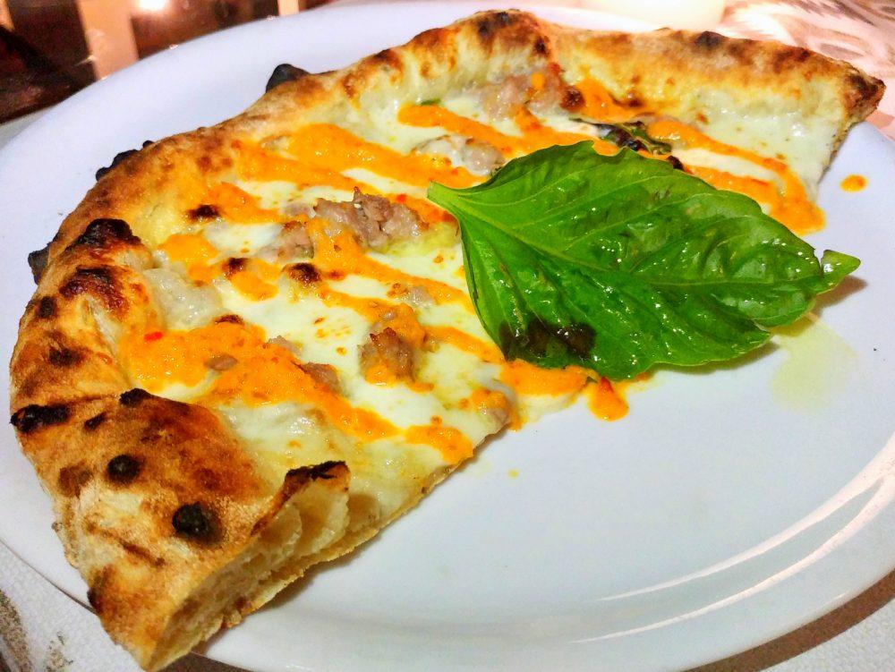 Casa Vitiello a Tuoro. La pizza con impasto al finocchietto, crema di papaccella, salsiccia di maiale nero casertano, provola ed olio evo