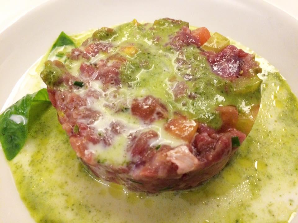 Tripparia - Tartare di Manzo con zuppetta di provola, pomodoro cuore di bue, olio e basilico