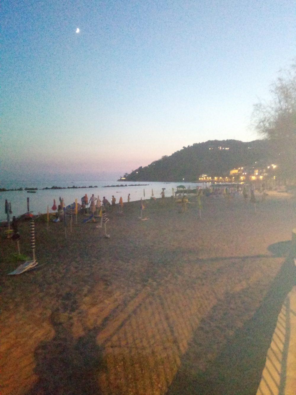 Il mare e la spiaggia di Pioppi di notte