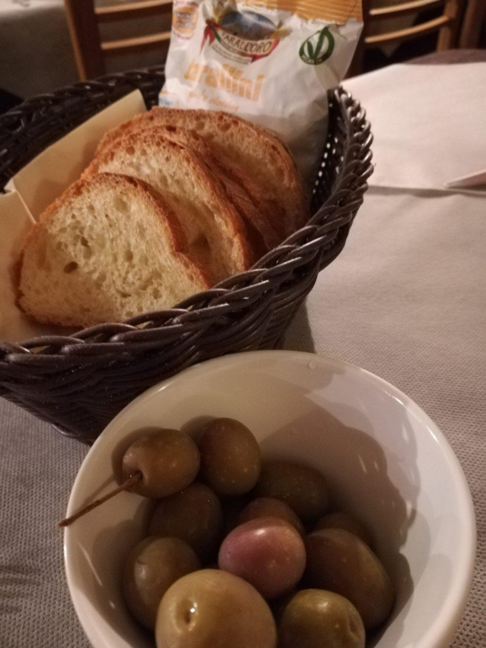 La Tradizione - Fornello Pugliese, pane tarallini e olive
