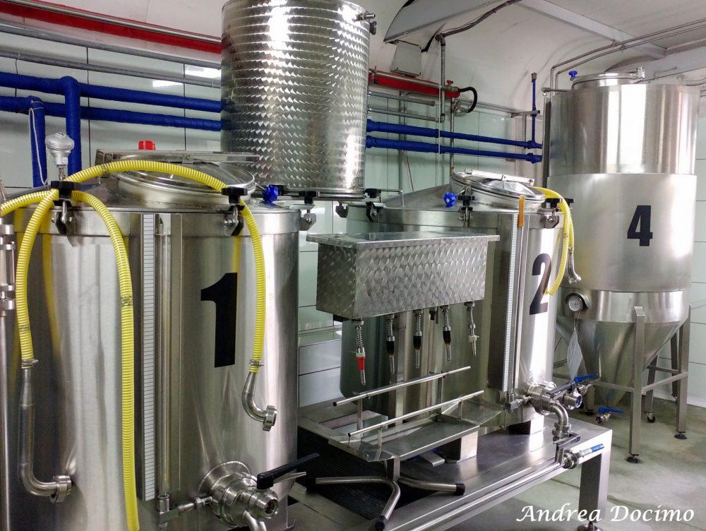 Birrificio Bella 'Mbriana Brewing a Nocera Inferiore. I fermentatori e l'imbottigliatrice a 5 becchi