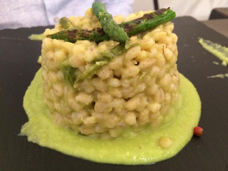 Cavoli Nostri, orzotto asparagi e fave