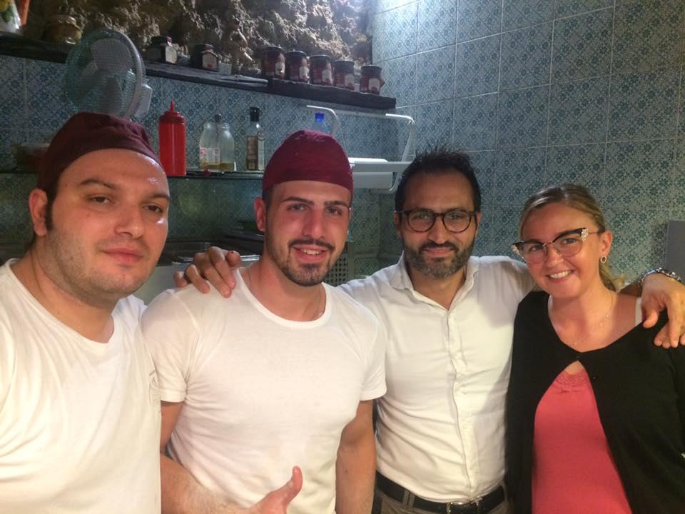 Mario Salvato con la moglie Carmen e i due pizzaioli