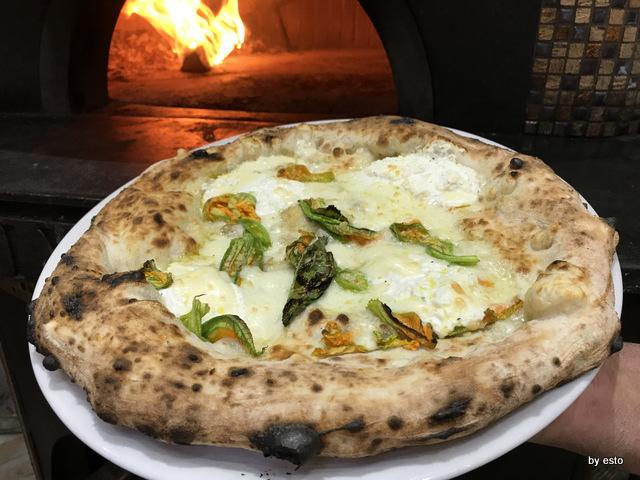 Pizzeria Gaetano Paolella Acerra Gaetano ed Emanuele la pizza provola e fiori di zucca