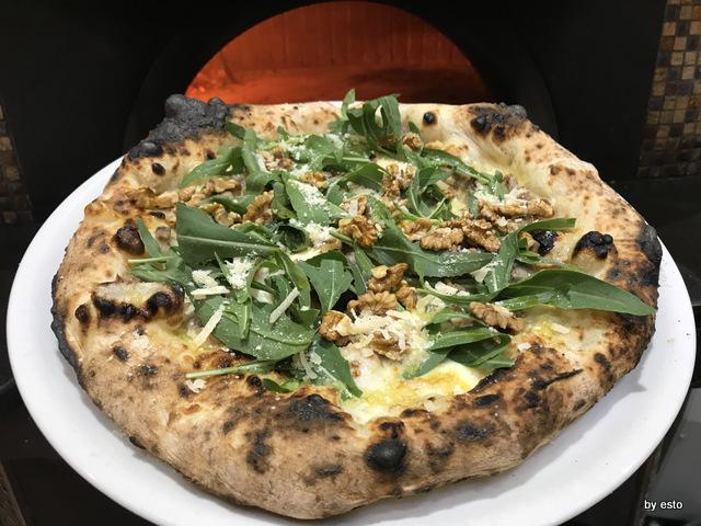 Pizzeria Gaetano Paolella Acerra Gaetano ed Emanuele la pizza provolone del monaco e noci