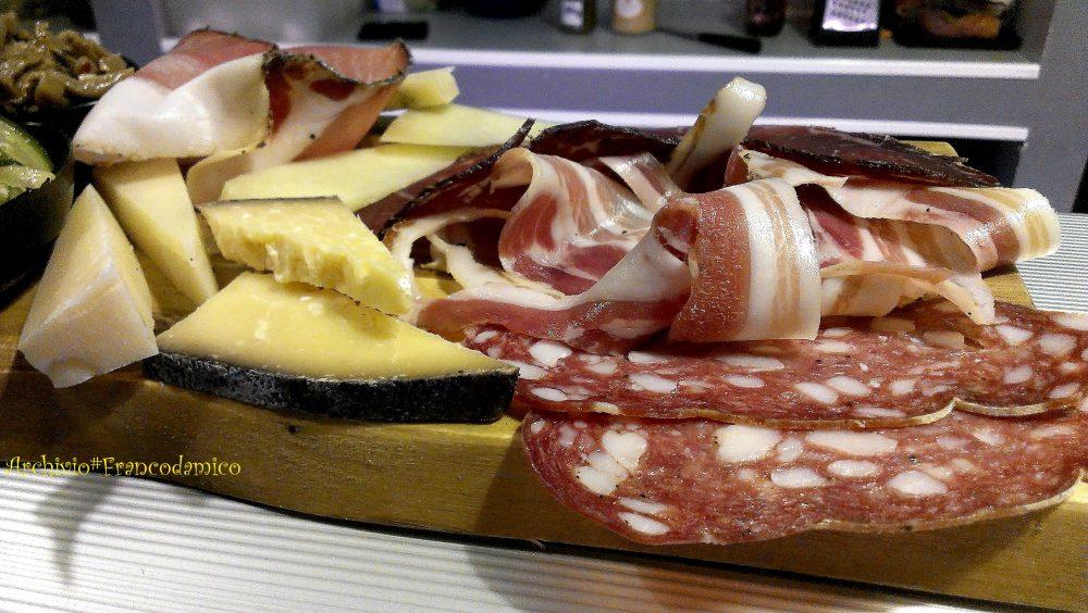 Ebrius – particolare di un tagliere di salumi e formaggi