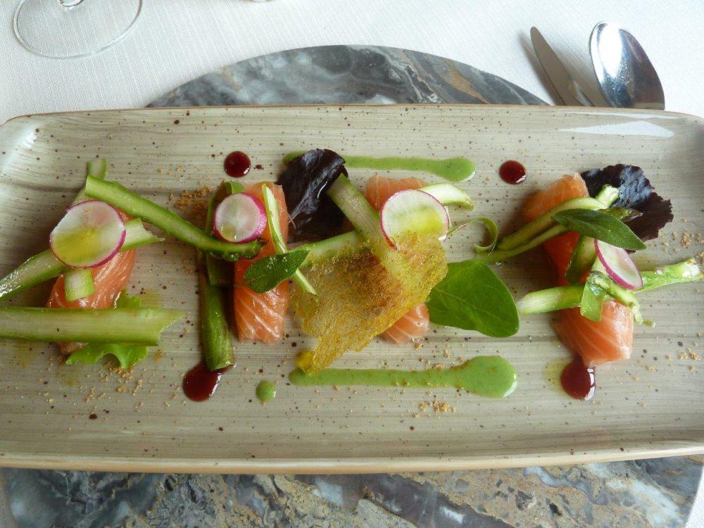 Al Vigneto, involtini di salmone e insalatina d'asparagi