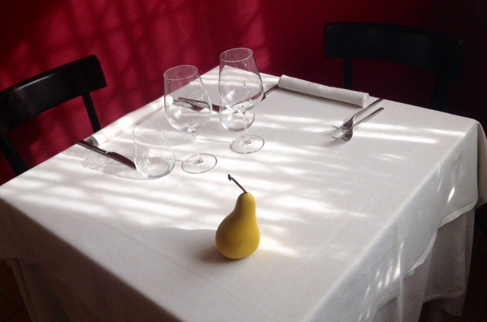 Antica Osteria Magenes, Barate, tavolo, mise en place, pere & ossessioni