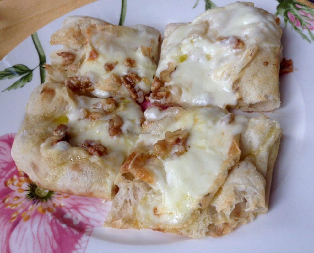 Buona Condotta, focaccia croccante con formaggi e noci