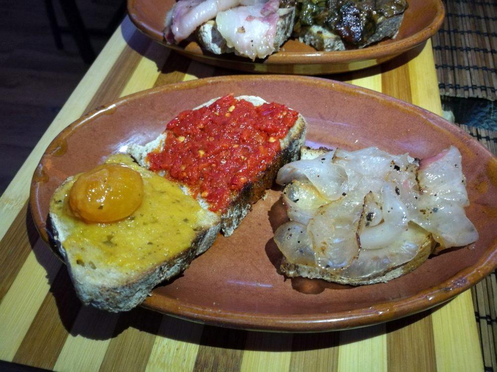 Il companatico - Bruschette pomodorino giallo, salsa piccante, lardo croccante