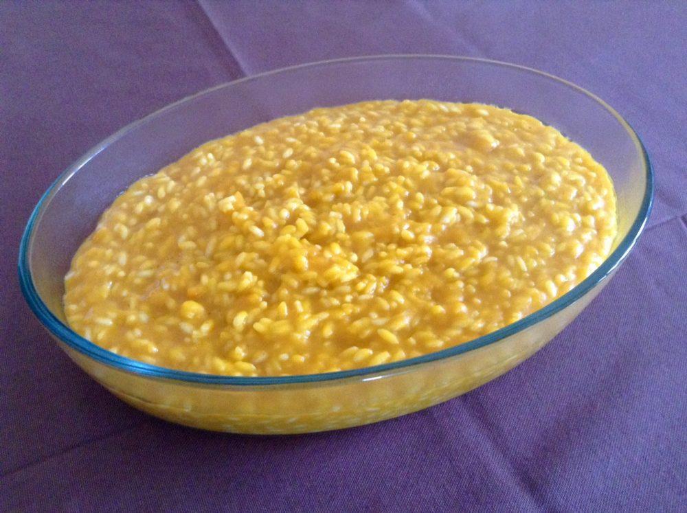 Il risotto alla zucca nel vassoio ovale da consumare in una stanza ovale con una Monica di Monza