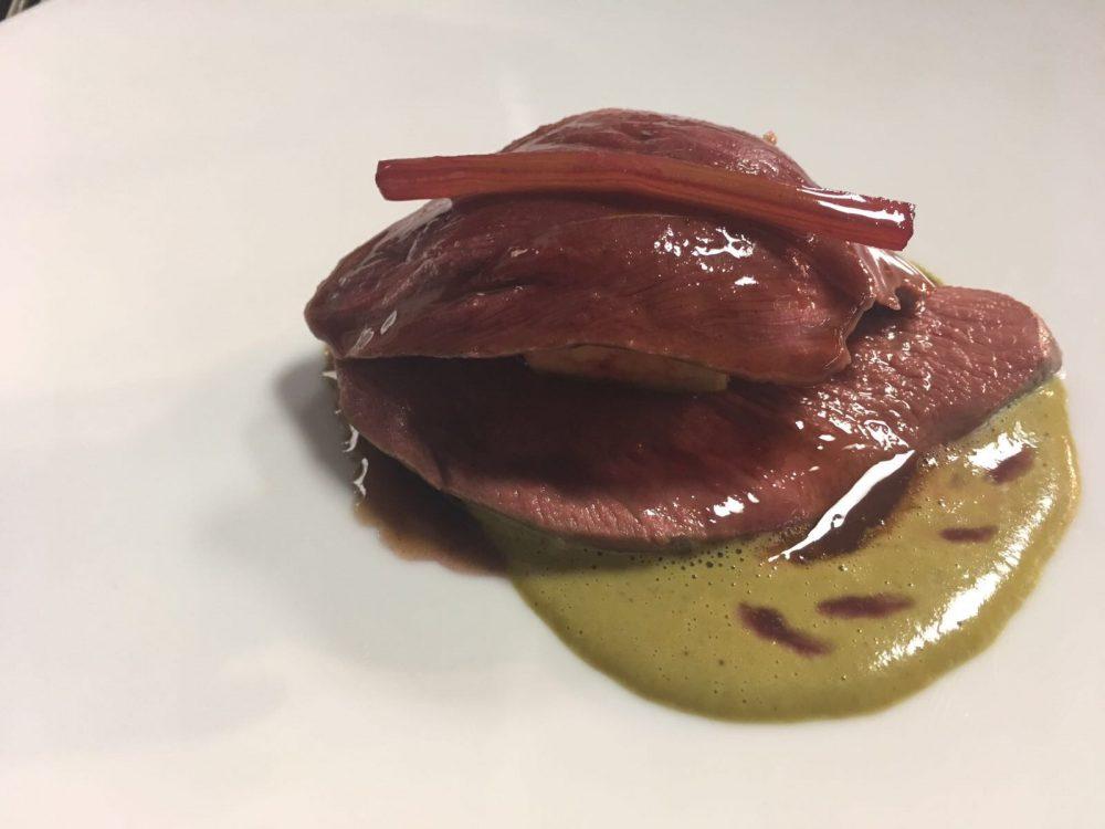 Seta - petto di piccione farcito con scaloppa di fegato grasso, salsa di pistacchio allo zafferano