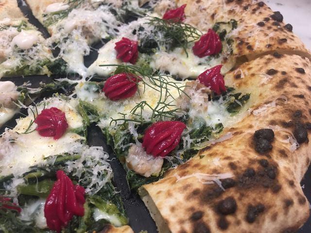 La pizza di Federico con talli di zucchine, salsiccia di Fondi e finocchietto selvatico