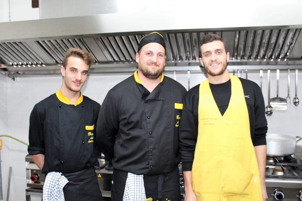 La Baccaliata III – al centro lo chef Diego Ruggiero e parte dello staff di Latina