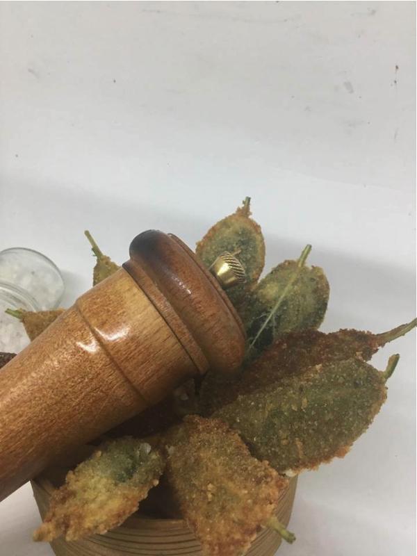 Presentare le foglie di salvia con sale e pepe di mulinello