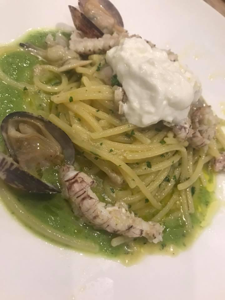 Nettuno Lounge Beach a Torre Annunziata, Spaghetti con vongole, scrifici, broccoli e mousse di pecorino e ricotta