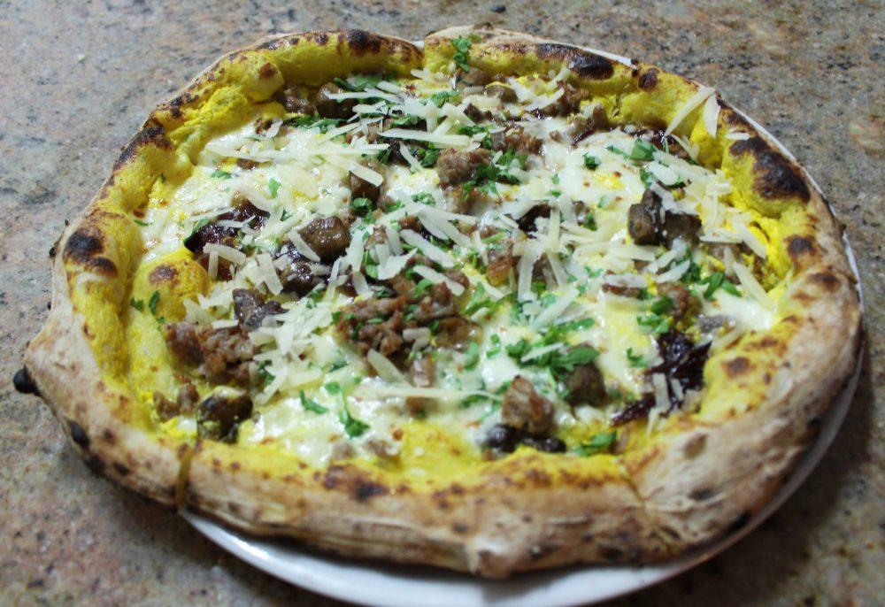 Donna Sofia - La pizza con lo zafferano, porcini, salsiccia e cipolla caramellata