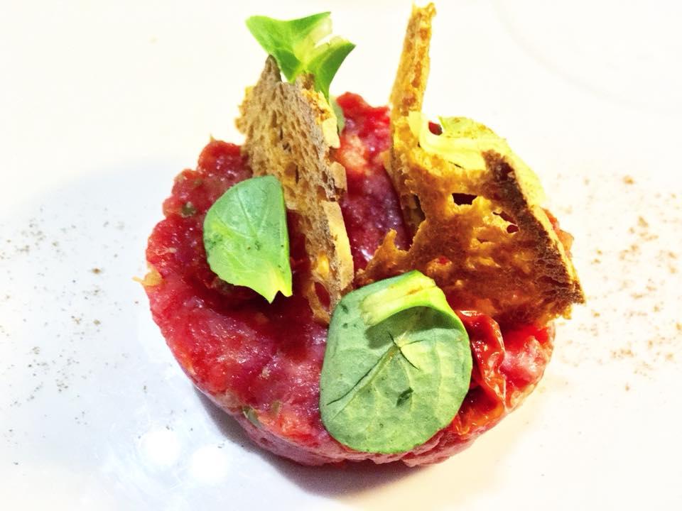 Meatin, Tartare di Marchigiana. Pomodorini Semi-Dry, Chips di Pane Cafone e Capperi