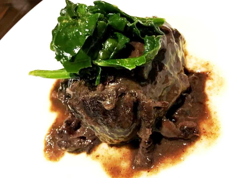 Guancia brasata al Taurasi, spinaci saltati e purea di patate