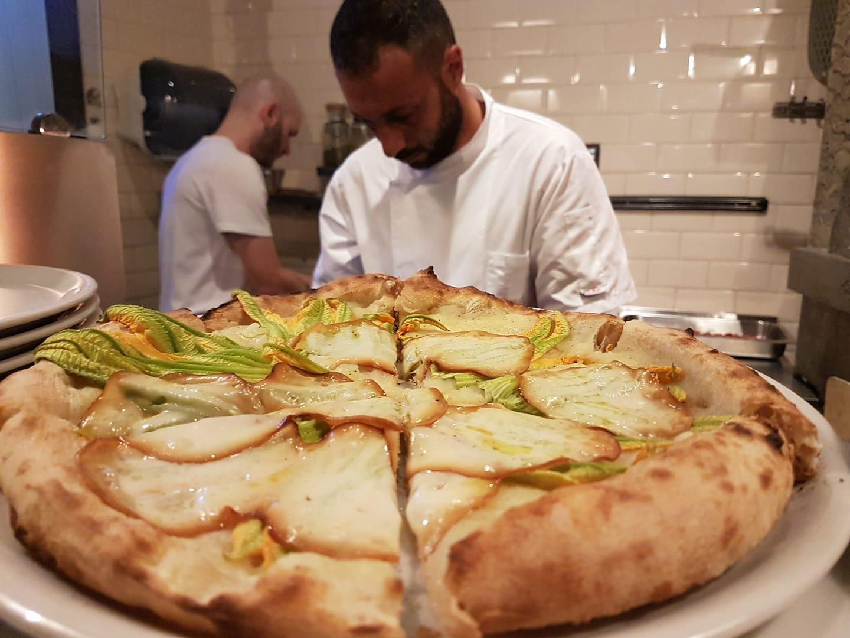 Fabrizio con una delle sue pizze estive (foto FB)