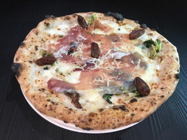 Giulietta, Pizza Indivia, prosciutto e datteri su base napoletana
