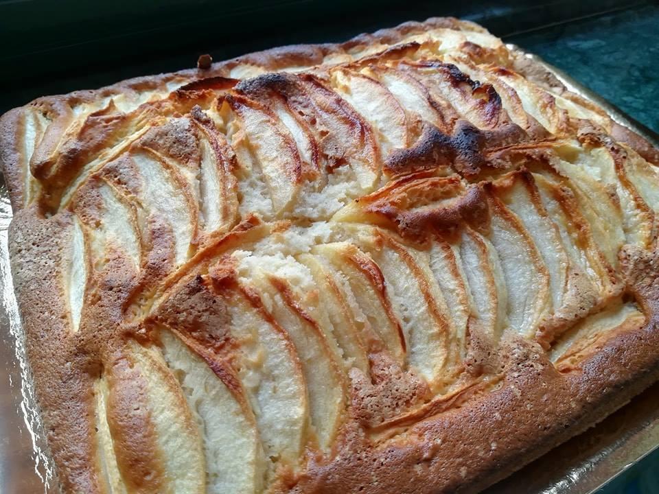 La torta di mele appena sfornata