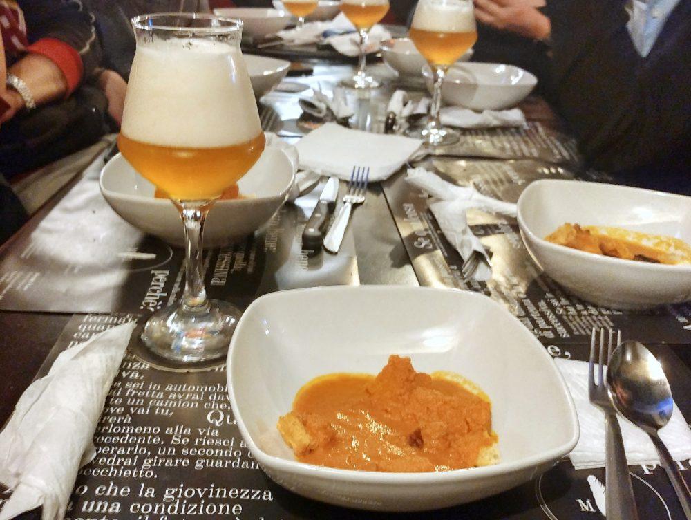 La zuppa thai del Murphy's Law e la Ricomincio Da Tripel nata dalla collab tra il pub e il Birrificio Sorrento
