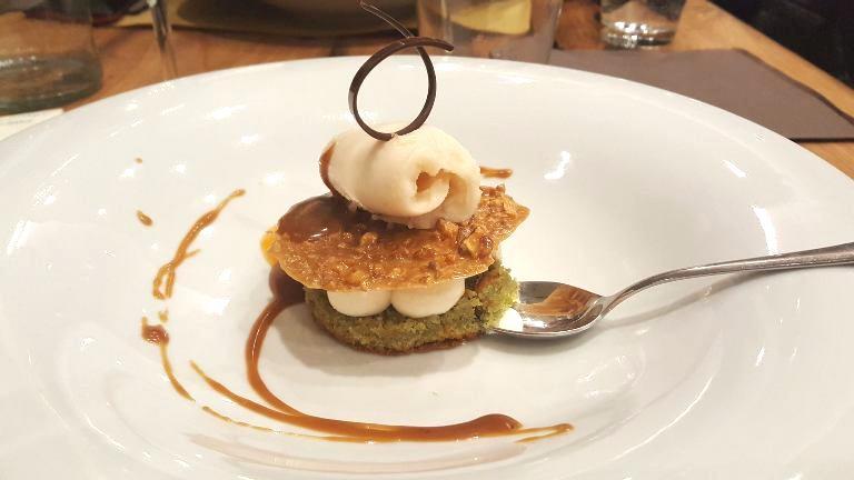 Madia, Biscuit al pistacchio con spuma di ricotta, croccante alle nocciole e gelato alle pere