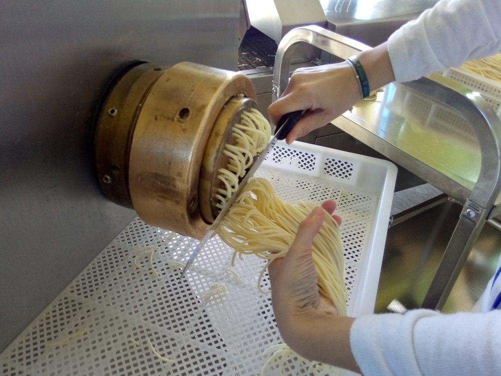 Pastificio del Golfo, Spaghetti appena tagliati dalla trafila di bronzo